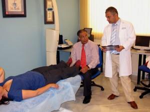 Dr Isaac Goiz (vä) och Dr Raymond Hilu, klinikens chef (hö)